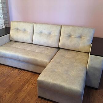 перетяжка углового дивана тканью.