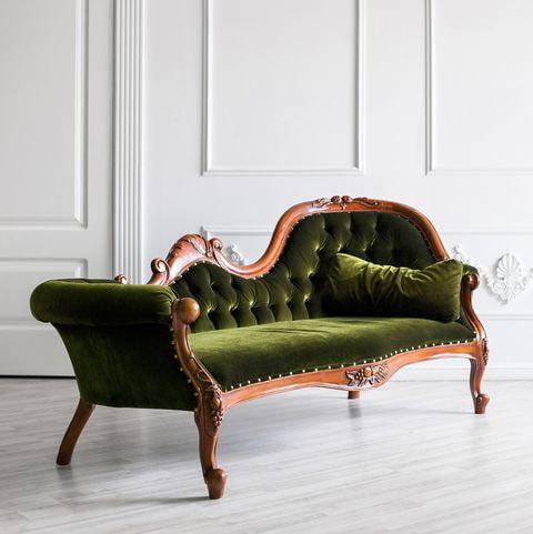 Когда менять обивку на старом диване?